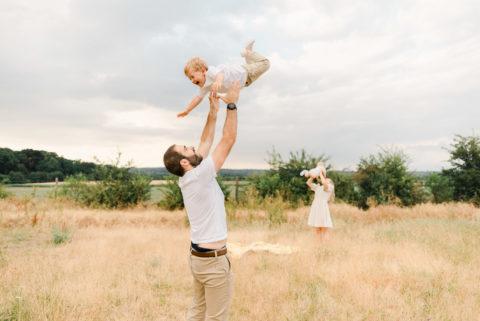 papa et maman qui font voler leurs enfants dans les airs
